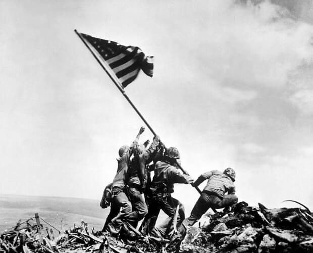 2. Marines levantando la bandera estadounidense en Iwo Jima, 1945