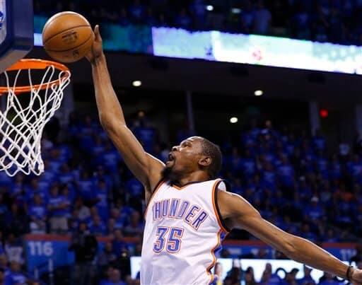 Kevin Durant, del Thunder de Oklahoma City, clava el balón en el primer cuarto del sexto juego de la segunda ronda de los playoffs de la Conferencia del Oeste de la NBA ante los Spurs de San Antonio en Oklahoma City, el jueves 12 de mayo de 2016. (AP Photo/Alonzo Adams)